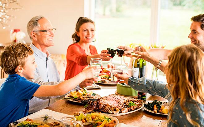 Вся семья за столом на праздник